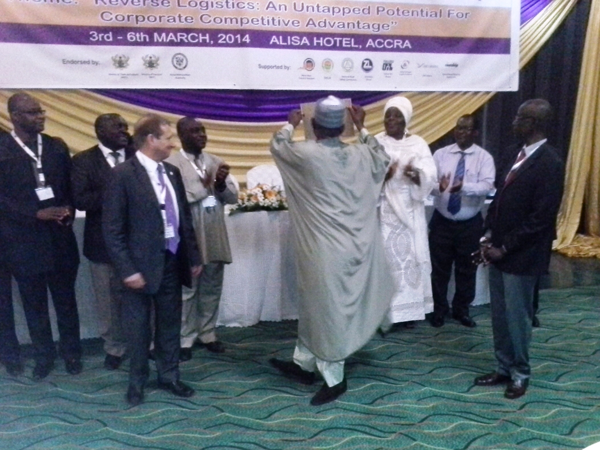maj-gen-ut-usman-rtd-natl-president-ciltn-displaying-the-territorial-organization-certificate-to-the-delegates-the-high-table
