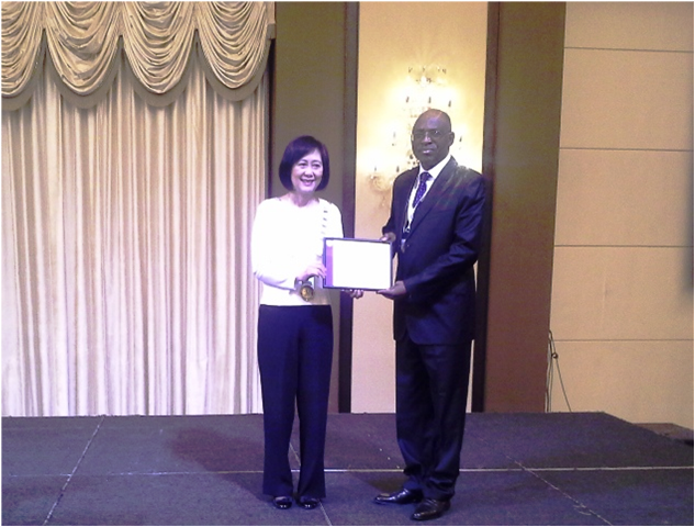Dr. Dorothy Chan, FCILT, Int'l President presenting d Territorial Cert to CILT, Nig Nat'l President, Maj Gen UT Usman (Rtd), FCILT @ d ICM in Malaysia