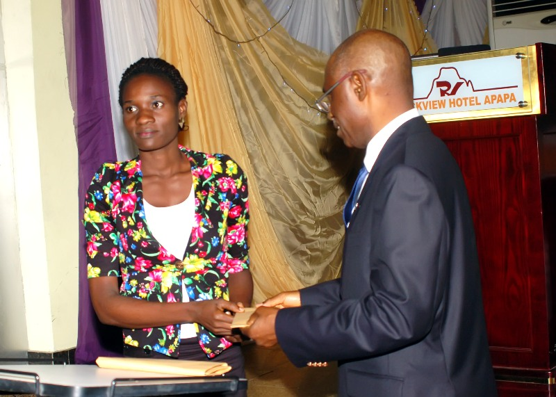 R - Maj Gen UT Usman (Rtd), FCILT, Nat'l President CILTNig presenting cash prize to one of d winners of d debate
